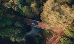 Auto auf Brücke in Natur