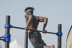 Man Workout an Klimmstange