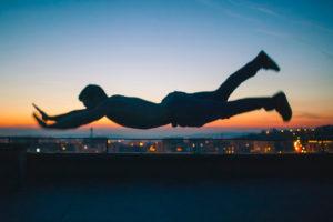 Mann Planking in der Luft