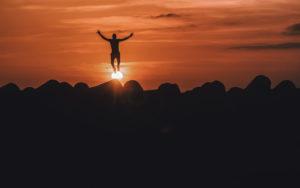 mann springt sonnenuntergang