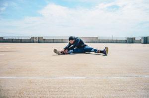 draußen stretching mann