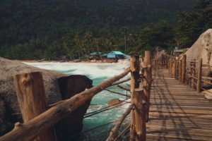 Brücke in Asien zum Strand