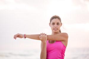 Frau Stretching Arm